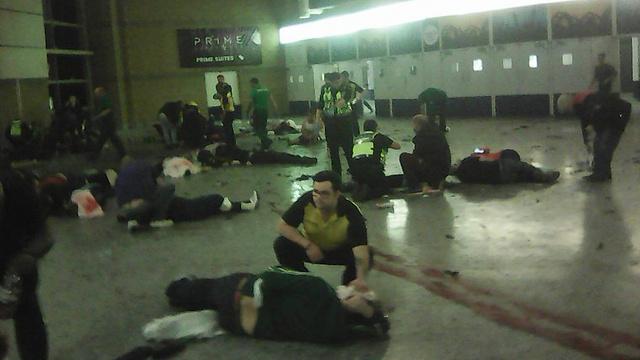 אחרי המתקפה בכניסה לאולם (צילום: AP) (צילום: AP)