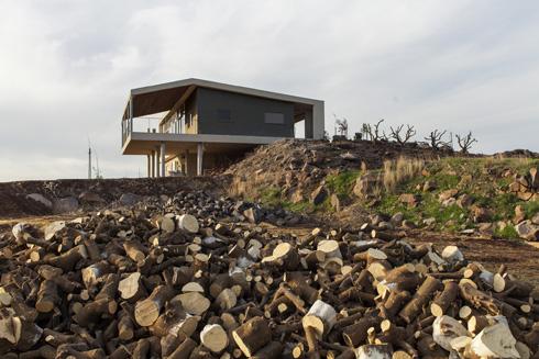 במבט מדרום נראית בבירור הצבתו של הבית - חלקו על הקרקע וחלקו תלוי על עמודים מעל המדרון (צילום: אסף אורן)