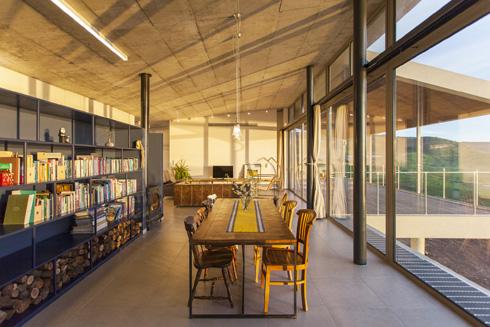 פינת האוכל ממוקמת בין הספרייה הכחולה לוויטרינות השקופות (צילום: אסף אורן)