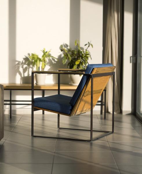 בעל הבית בנה את הרהיטים בעצמו: שילוב של עץ וברזל שנותר בצבעו הטבעי (צילום: יפתח בלסקי)