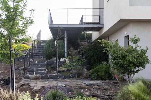 מדרגות הבזלת שיורדות מגשר הכניסה אל הגן (צילום: יפתח בלסקי)