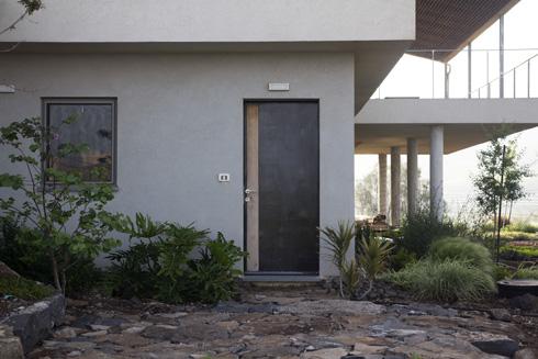 לקומה התחתונה כניסה נפרדת (צילום: יפתח בלסקי)
