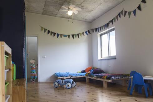 חדר הבנים משותף וגדול, ובעתיד יחולק לשניים (צילום: יפתח בלסקי)