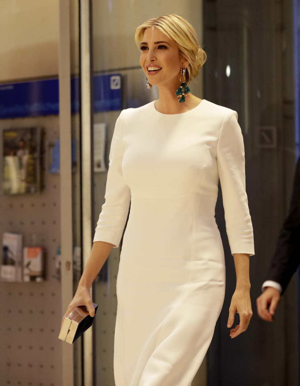 Иванка в белом строгом платье - элегантна, как всегда. Фото: AP