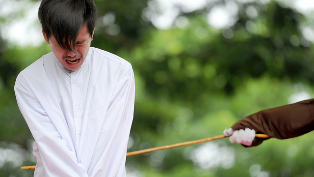"""1,000 הצלפות על """"העלבת האיסלאם"""". מלקות באינדונזיה (צילום: AFP) (צילום: AFP)"""
