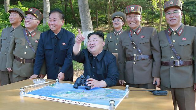 קים ג'ונג און מפקח על ניסוי טילים (צילום: EPA) (צילום: EPA)