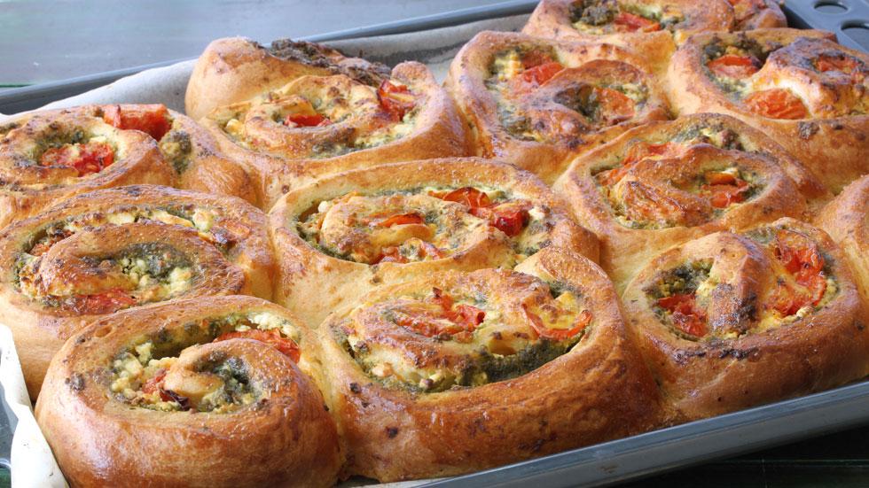 שבועות פינת איטליה: שבלולי שמרים עם פסטו ועגבניות צלויות