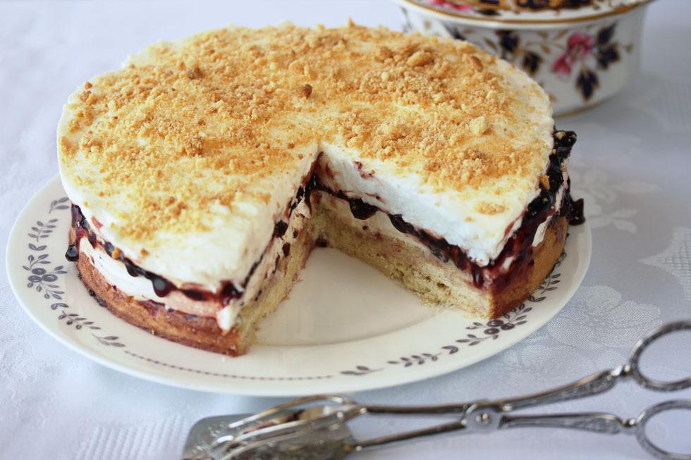עוגת גבינה פירורים עם אוכמניות (צילום, סגנון והכנה: אסנת לסטר)