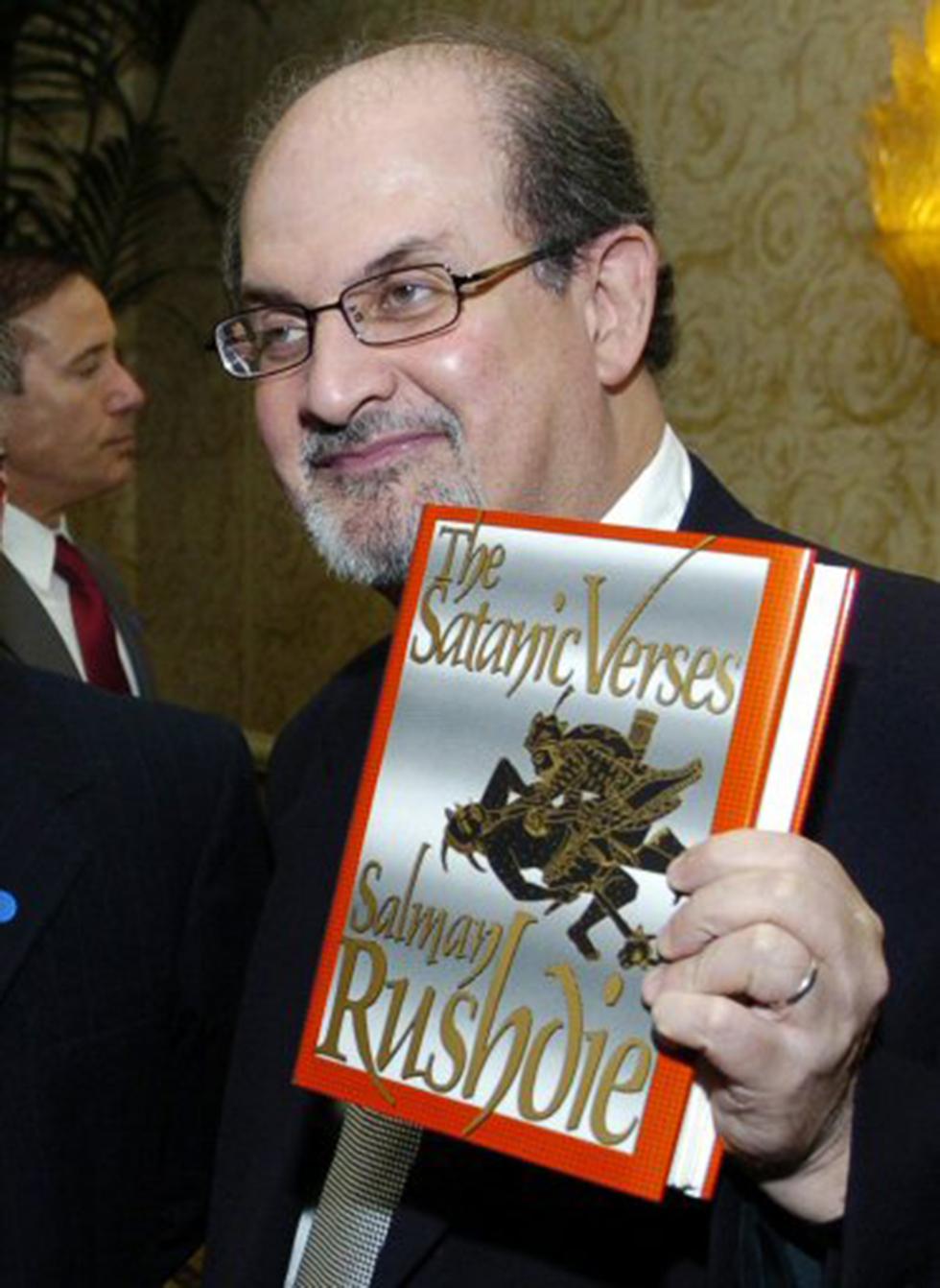 """רושדי עם """"פסוקי השטן"""" (צילום: רויטרס) (צילום: רויטרס)"""