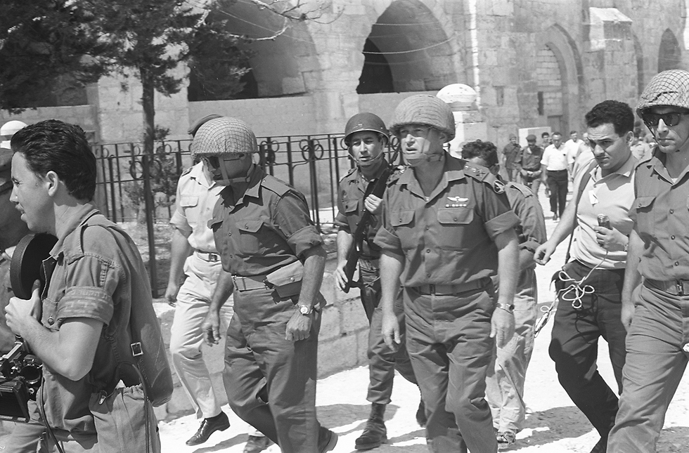 Ze'evi, Rabin, Dayan and journalists march towards the Western Wall