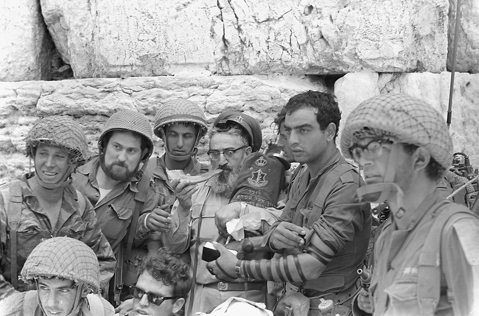 Rabbi Goren blows the shofar in the presence of soldiers near the Western Wall