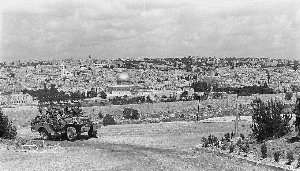 The Six-Day War. A paratroopers' force moves in Jerusalem from the Rockefeller Museum on the At-Tur mountain range overlooking Old City, the Western Wall and the Temple Mount