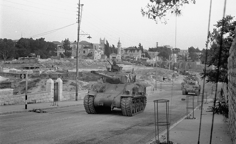 Tanks make their way to conquer the Jordanian side of Jerusalem, backed by forces on trucks