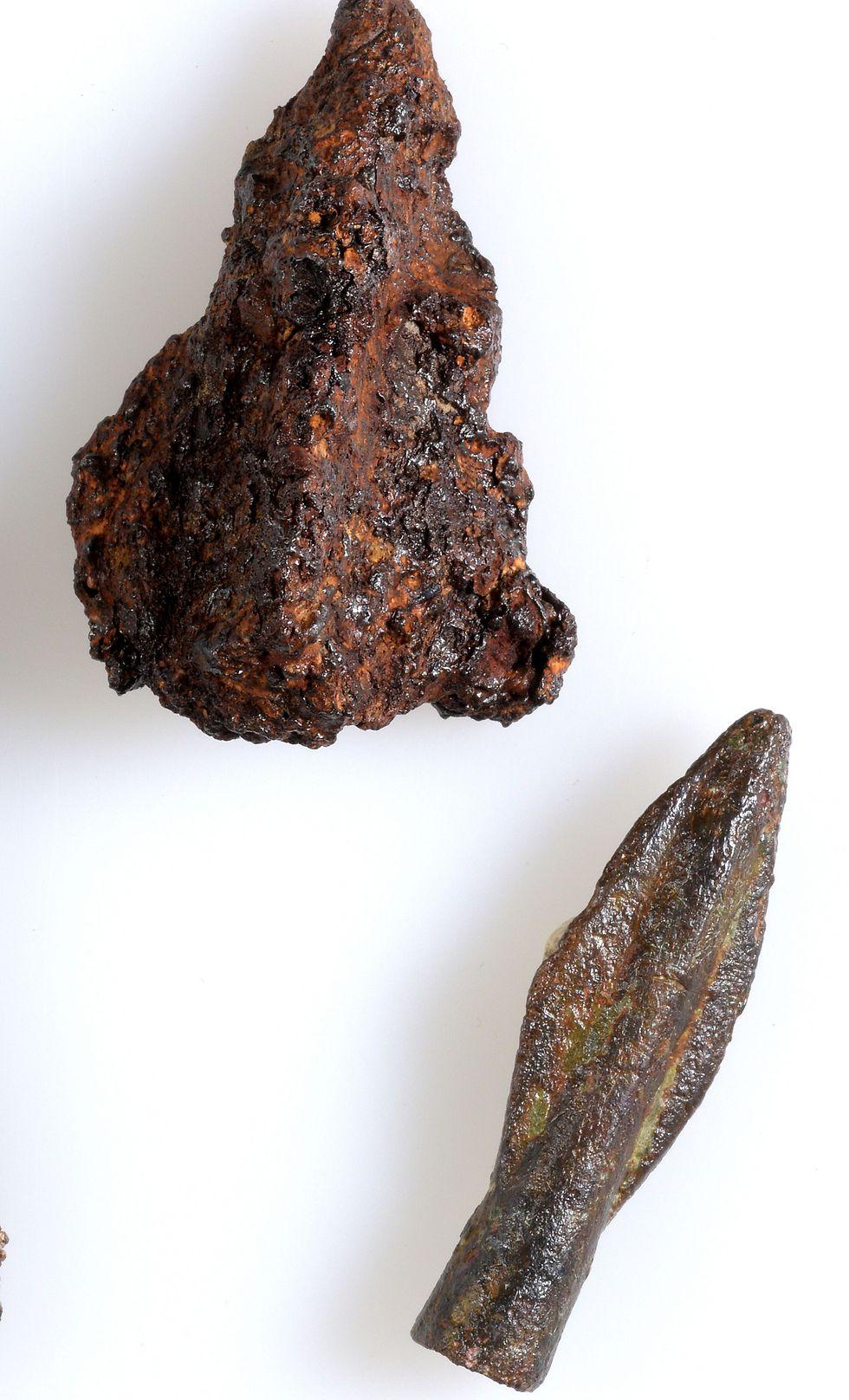 ראשי חץ שנחשפו בחפירה ( צילום: קלרה עמית, באדיבות רשות העתיקות) ( צילום: קלרה עמית, באדיבות רשות העתיקות)