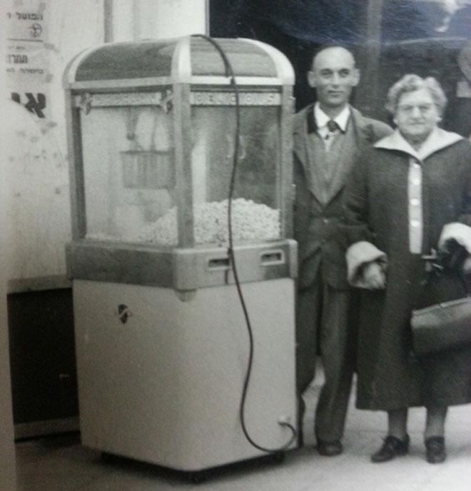 מתנה קטנה בדרך מהבלט. יצחק פדר ודודתו ליד מכונת הפופקורן (צילום רפרודוקציה: אסנת לסטר)