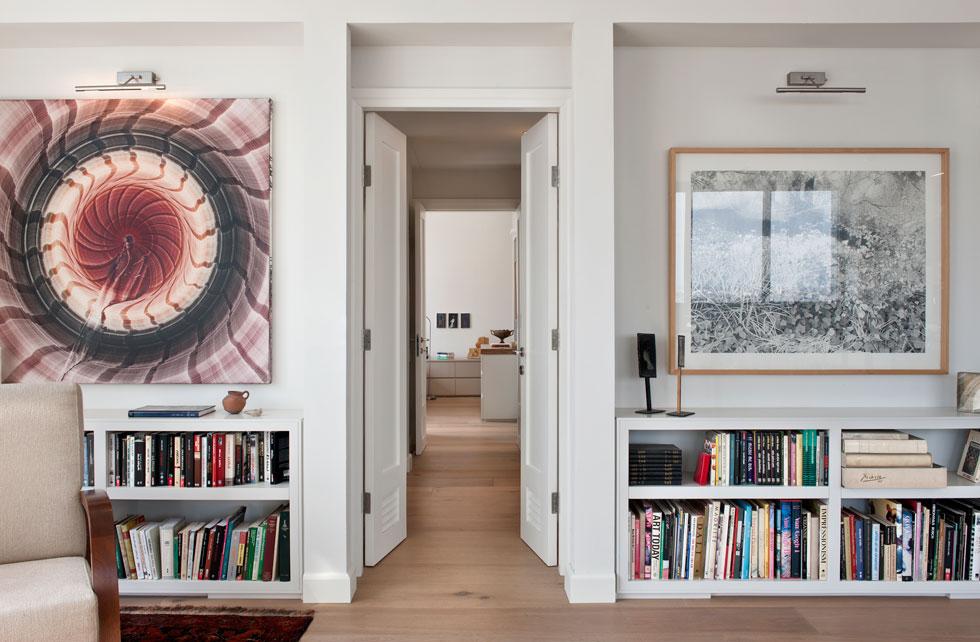 לחלק הפרטי של הדירה עוברים בעד דלת דו-כנפית. בספריות הנמוכות אוסף ספרי מדע, אמנות והסטוריה (בעל הבית הוא מדען) (צילום: עודד סמדר)