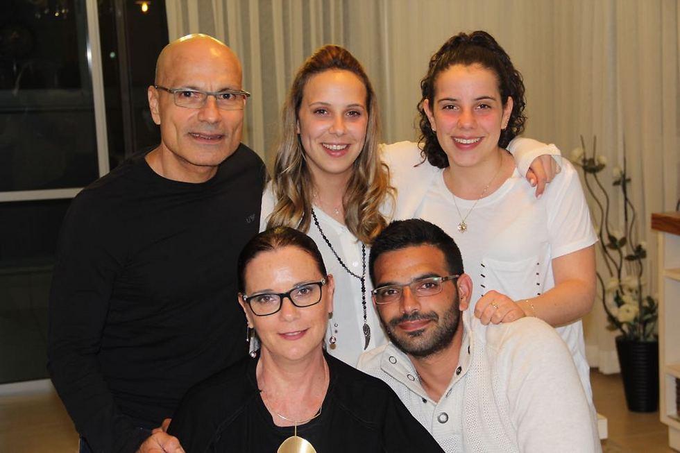 צביקה נווה ומשפחתו ()