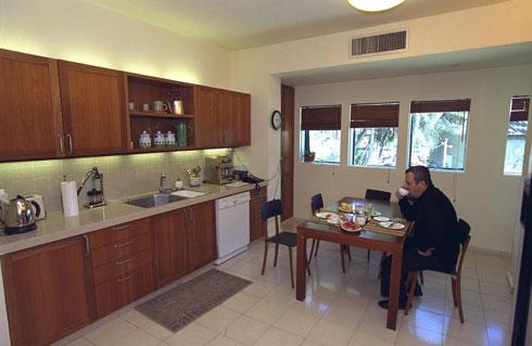 """וזה המטבח השני, למעלה, שלא הופיע בסרטון. המצולם היה אז ראש הממשלה: אהוד ברק (צילום: סער יעקב, לע""""מ)"""