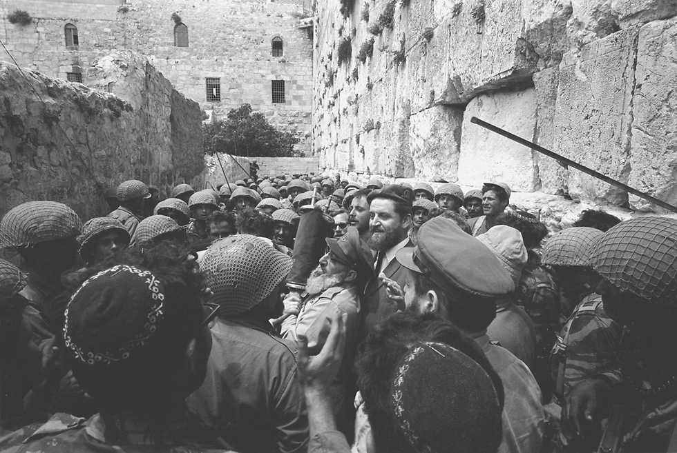 Rabbi Goren with paratroopers at the Western Wall (Photo: Bamahane photographers)