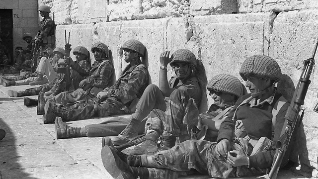 Paratroopers at the Western Wall (Photo: Bamahane photographers)