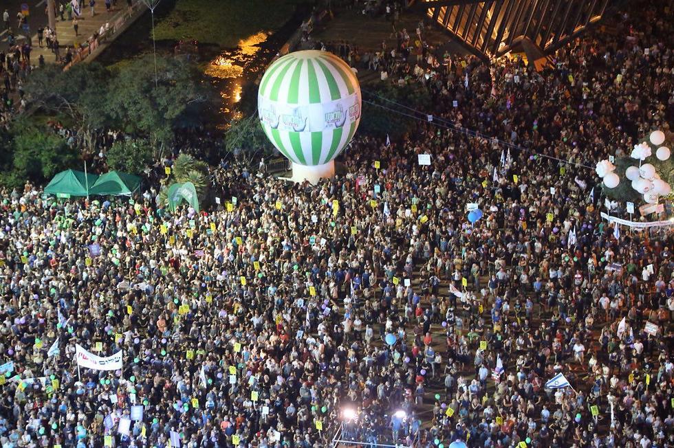 רבבות מפגינים בכיכר רבין במבט מלמעלה  (צילום: מוטי קמחי) (צילום: מוטי קמחי)
