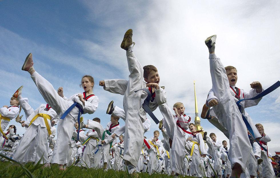 שיעור טאקוונדו לילדים במבצר פטרופבלובסקיה בעיר סנט פטרבורג (צילום: AFP)
