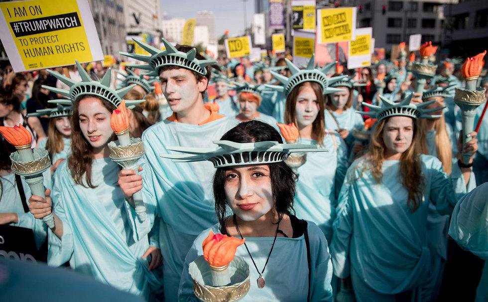 """מפגינים בבריסל נגד פסגת נאט""""ו ונשיא ארה""""ב טראמפ (צילום: MCT)"""
