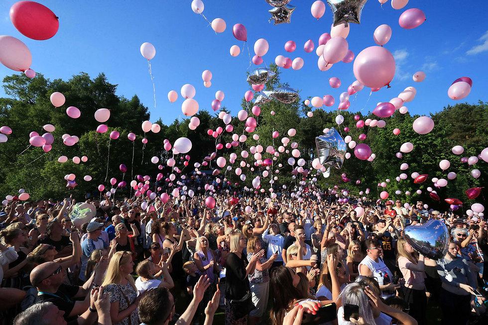 אלפי בלונים הופרחו לשמיים בעיר רויטיון שבצפון-מערב אנגליה באירוע לזכר קורבנות פיגוע ההתאבדות במנצ'סטר (צילום: AFP)