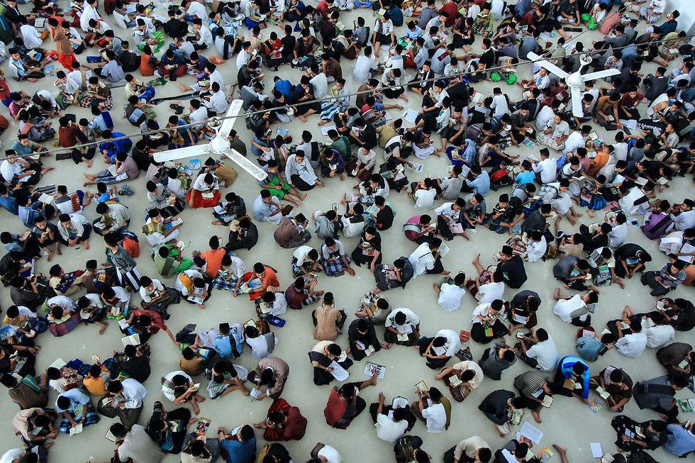 תלמידים קוראים את הקוראן בבית ספר איסלאמי בצפון סומטרה, אינדונזיה, ביום הראשון של הרמדאן (צילום: EPA)