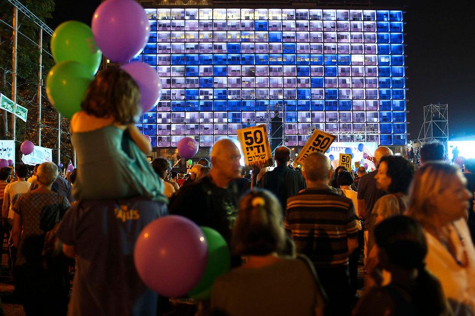 דגל ישראל על עיריית תל אביב בעת ההפגנה (צילום: AP) (צילום: AP)