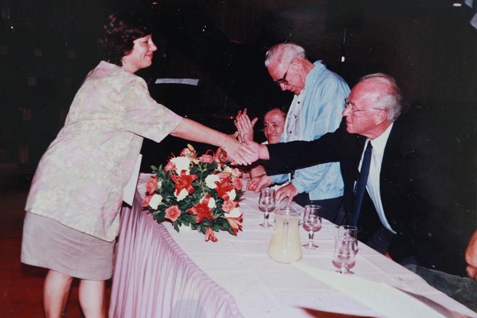 """מקבלת פרס מראש הממשלה יצחק רבין ז""""ל, 1994. """"פתאום ראיתי שאפשר לשלב את הדברים ביחד"""" (צילום רפרודוקציה: צביקה טישלר)"""