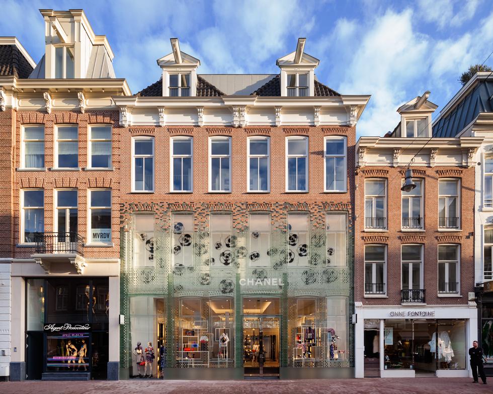 לבני הזכוכית בחזית חנות שאנל במרכז אמסטרדם. נתנזון חושבת שברמלה זה יהיה יותר מסובך (צילום: © Daria Scagliola & Stijn Brakkee, MVRDV)