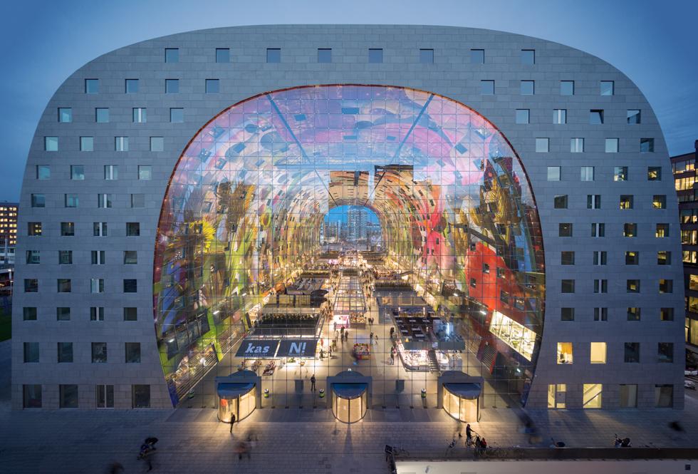 הפרויקטים של המשרד נוטים להיות ססגוניים בצבעם ובולטים בצורתם. השוק המקורה של רוטרדם, נמל הבית של המשרד, הפך תוך כשנתיים לנקודת ציון משמעותית בעיר (צילום: © Ossip van Duivenbode, MVRDV)