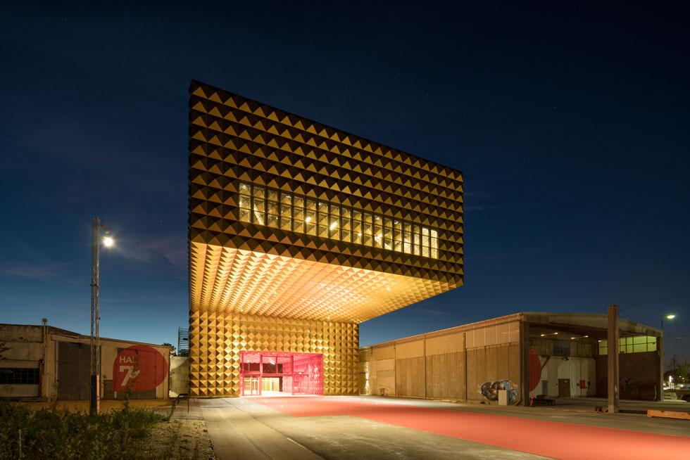 מוזיאון הרוק ברוסקילדה, דנמרק, מצופה באריחים משוננים ומוזהבים. ''בדור שלי יש קבוצה של משרדים שדומים בסגנונם האדריכלי'' (צילום: ©Ossip van Duivenbode, MVRDV)