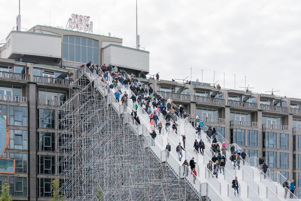 המשרד עוסק גם במרחב הציבורי, וברוטרדם בעיקר. כך נראה מיצב המדרגות הענקי שהזמין את תושבי העיר לעלות ולרדת למרומי בניין, שבדרך כלל עולים אליו רק במעלית מבפנים (צילום: ©Ossip van Duivenbode, MVRDV)