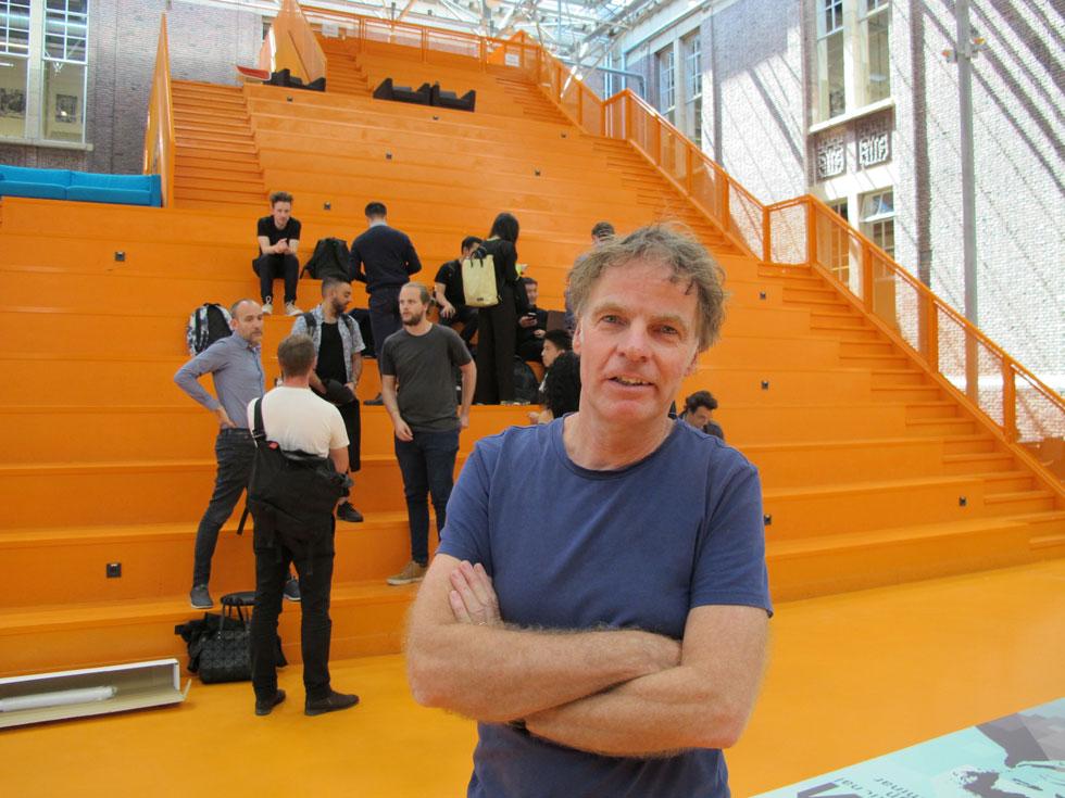 ויני מאס, בשבוע שעבר באוניברסיטת דלפט. מלמד סטודנטים באוניברסיטה ציבורית, בניגוד לרוב האדריכלים הכוכבים (צילום: מנור בראון)