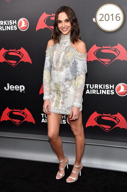 """שמלת מיני מתוכשטת וחושפת כתפיים של בית האופנה הצרפתי בלמן, בפרמיירה העולמית של """"באטמן נגד סופרמן: שחר הצדק"""" (צילום: Gettyimages)"""