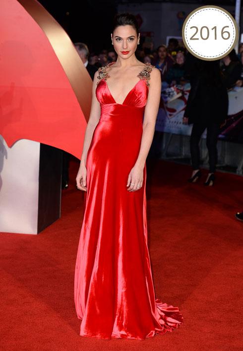 """בשמלת ערב אדומה באורך מקסי עם כתפיות מתוכשטות של פראדה, בבכורה האירופאית לסרט """"באטמן נגד סופרמן: שחר הצדק"""" (צילום: Gettyimages)"""