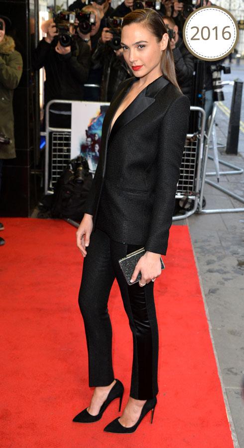 בחליפת טוקסידו שחורה בעיצובה של ויקטוריה בקהאם, בבכורת הסרט קרימינל בלונדון (צילום: Gettyimages)