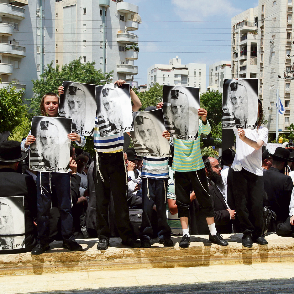 חסידים של הרב ברלנד מפגינים מול בית המשפט