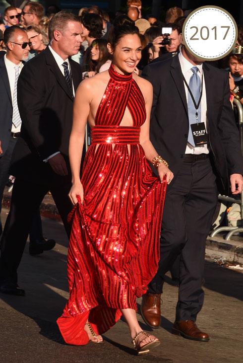 בפרמיירה לסרט וונדר וומן בלוס אנג'לס, בשמלת קולר אדומה של ז'יבנשי והסנדלים השטוחים של אלדו (צילום: rex/asap creative)