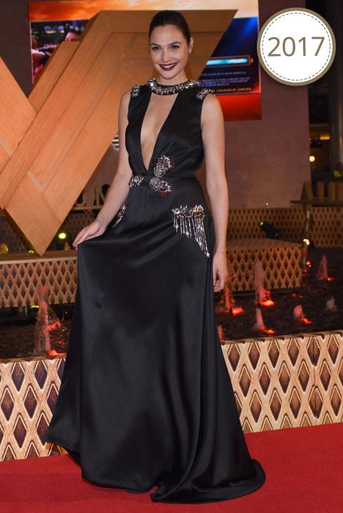 שמלת ערב שחורה ומתוכשטת של פראדה עם מחשוף עמוק וצווארון משובץ אבנים, לפרמיירה של וונדר וומן במקסיקו סיטי (צילום: rex/asap creative)