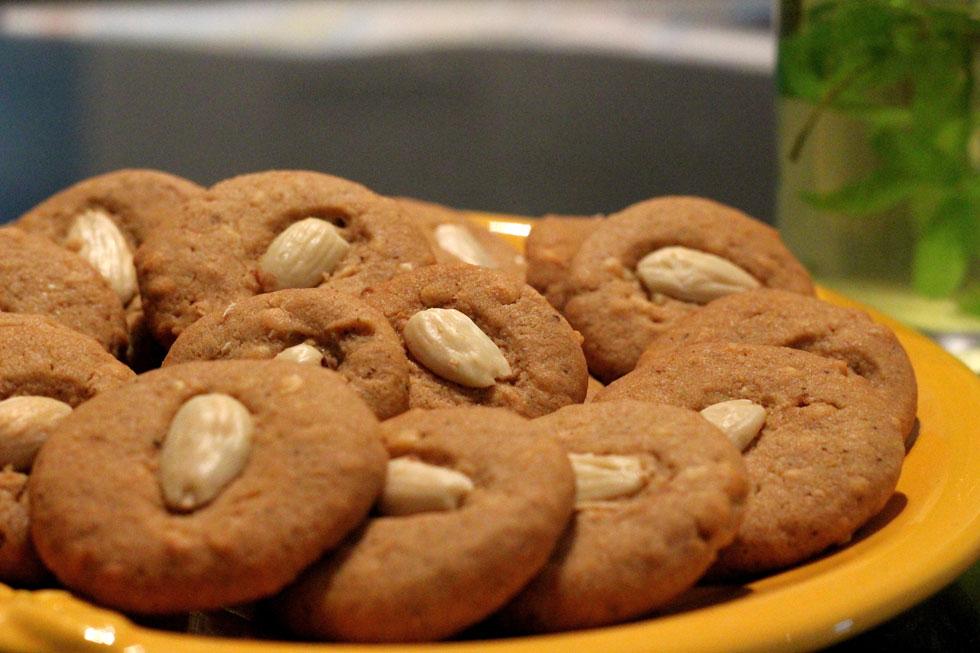 עוגיות שקדים מתובלות עם קינמון, ציפורן ומוסקט (צילום: דפנה אוסטר מיכאל)