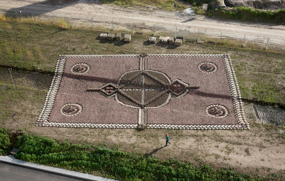 זהו השטיח הראשון שהוצג מחוץ לסטודיו, והוא עשוי מלבנים. בעבודת יד עמלנית משבצים שלושת חברי הסטודיו את היחידות זו לצד זו, בלי לעגן, להדביק או לגדר (צילום: Boudewijn Bollmann)