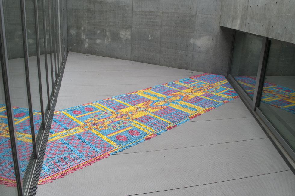 שטיח מווים, במוזיאון בטוקיו.  כל עבודה היא חד פעמית, ונעשית בהזמנה מיוחדת (צילום: We Make Carpets)