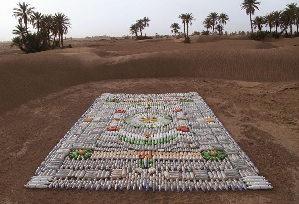 שטיח מבקבוקים. חומר הגלם לא נקנה מראש, הוא תמיד מקומי. גם הדוגמה לא מתוכננת, אלא מתפתחת מהמרכז באופן אינטואיטיבי (צילום: We Make Carpets)