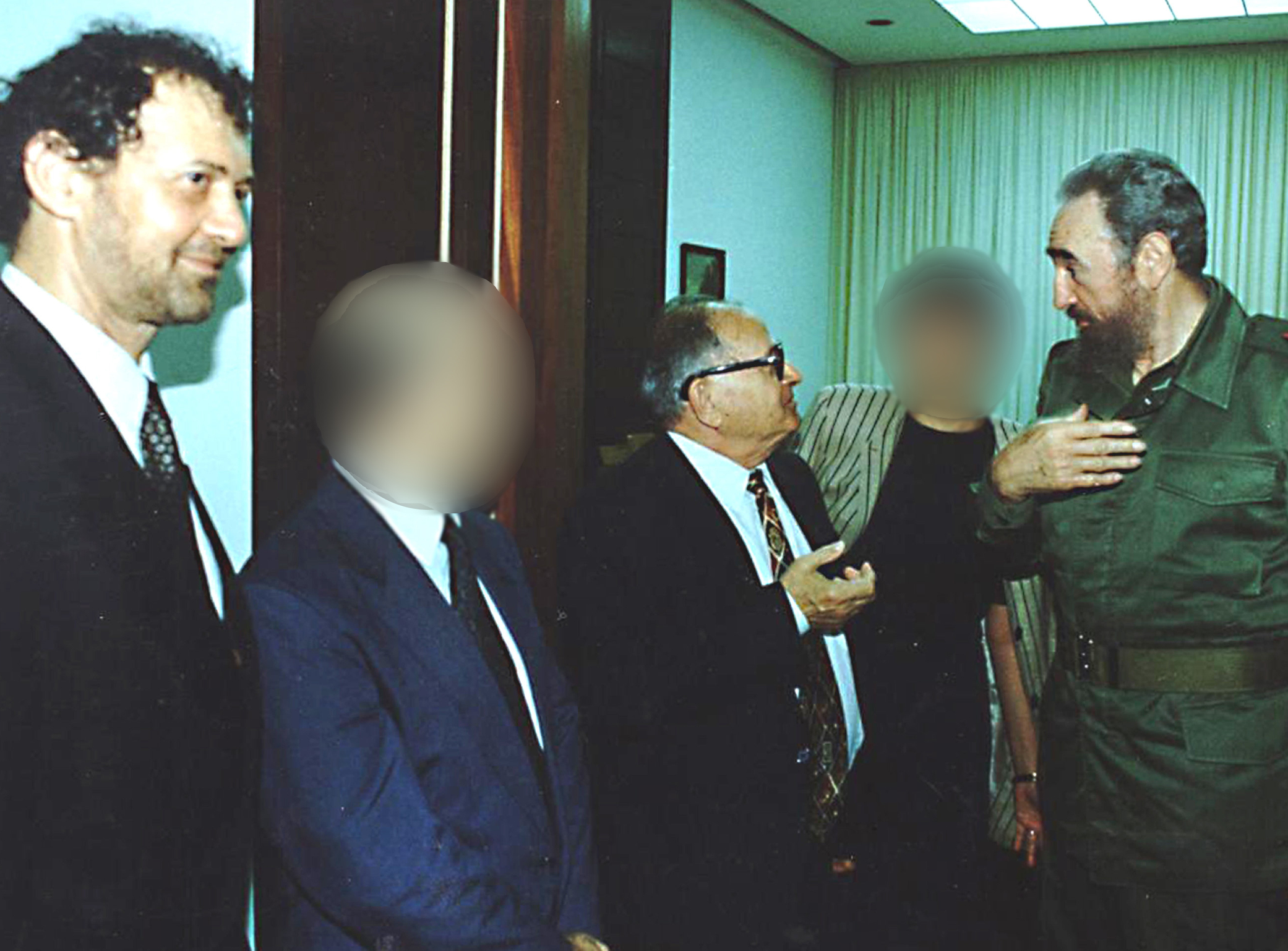 הוואנה, בשנות ה־90. פידל קסטרו (מימין) בפגישה עם רפי איתן (שלישי מימין) ואנריקה רוטנברג (משמאל)
