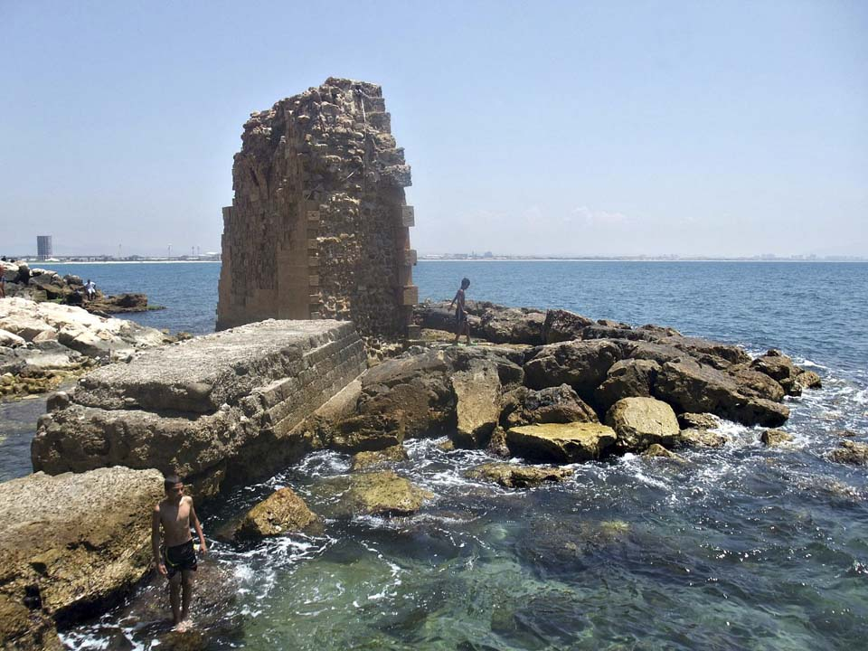 Разрушенная стена крестоносцев. Фото: Леон Левитас