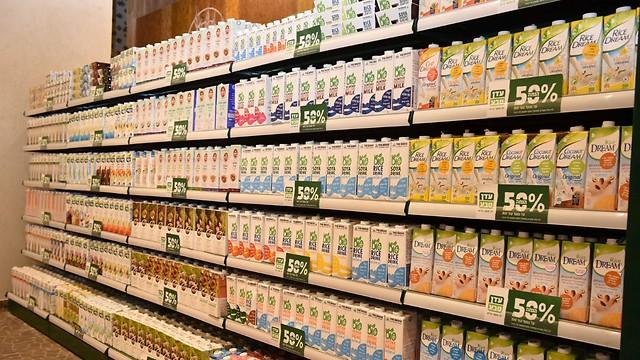 מדף משקאות שמהווים תחליפים לחלב בעדן טבע (צילום: אלעד גוטמן) (צילום: אלעד גוטמן)