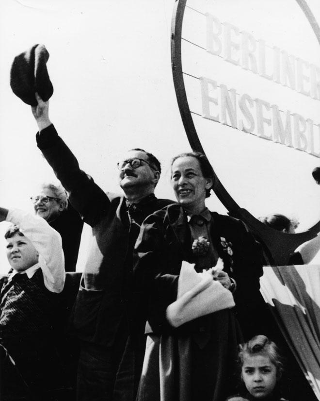 ברטולד ברכט עם אשתו השנייה, הלנה וייגל. עליית היטלר לשלטון סיכנה את חייו  (צילום: Gettyimages)